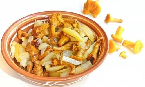 Жареные лисички с картошкой в тарелке