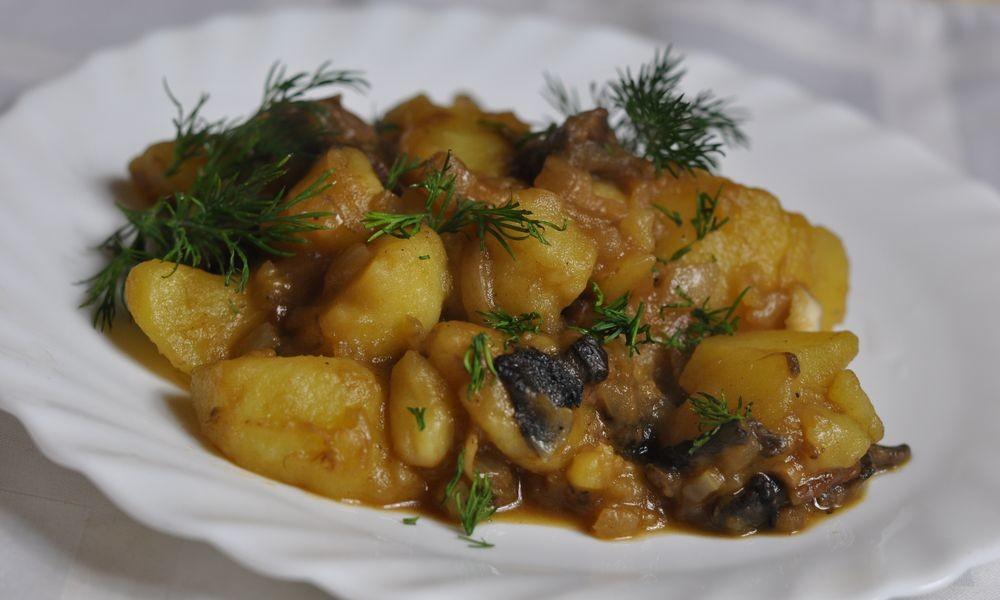 тушеная капуста с грибами и картофелем